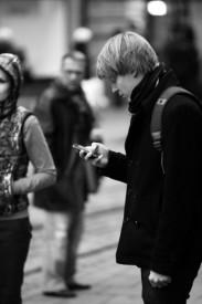 smartphone, vivere a testa bassa, epoca contemporanea, cyborg, iperconnessi, era digitale